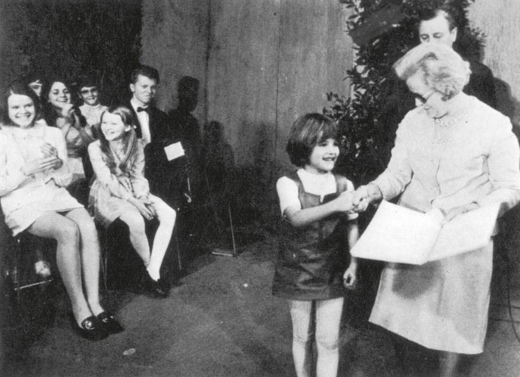 """Die sechsjährige Anne-Sophie Mutter wird 1970 beim Bundeswettbewerb """"Jugend Musiziert"""" von Käte Strobel, Ministerin für Jugend, Familie und Gesundheit im Markgrafentheater Erlangen ausgezeichnet. Sie ist die einzige Wettbewerbsteilnehmerin, die jemals einen 1. Preis """"mit besonderer Auszeichnung"""" erhielt."""