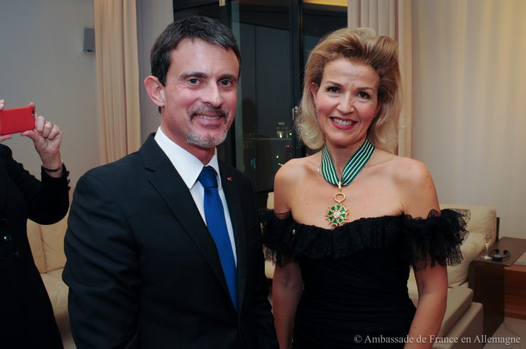 <p>Manuel Valls, the former Prime Minister of France, presented the insignia of a Commander of the French Order of Arts and Literature to Anne-Sophie Mutter on November 10, 2017 at the French Embassy in Berlin.</p>